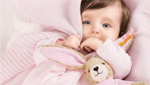 Baby mit pinker Decke und Steiff Hase